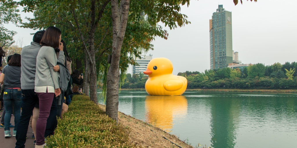 giant rubber duck seokchon lake seoul korea