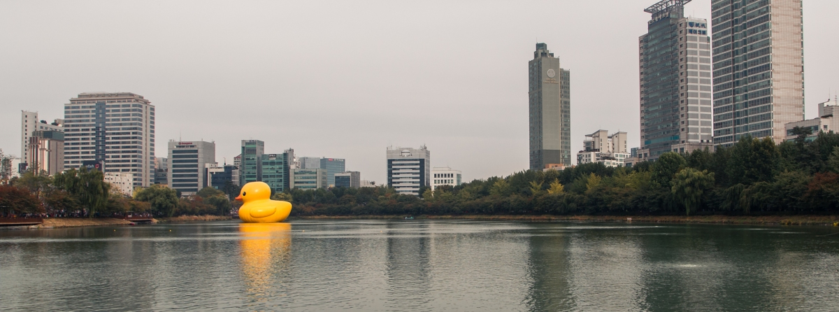 giant rubber duck seokchon lake seoul korea